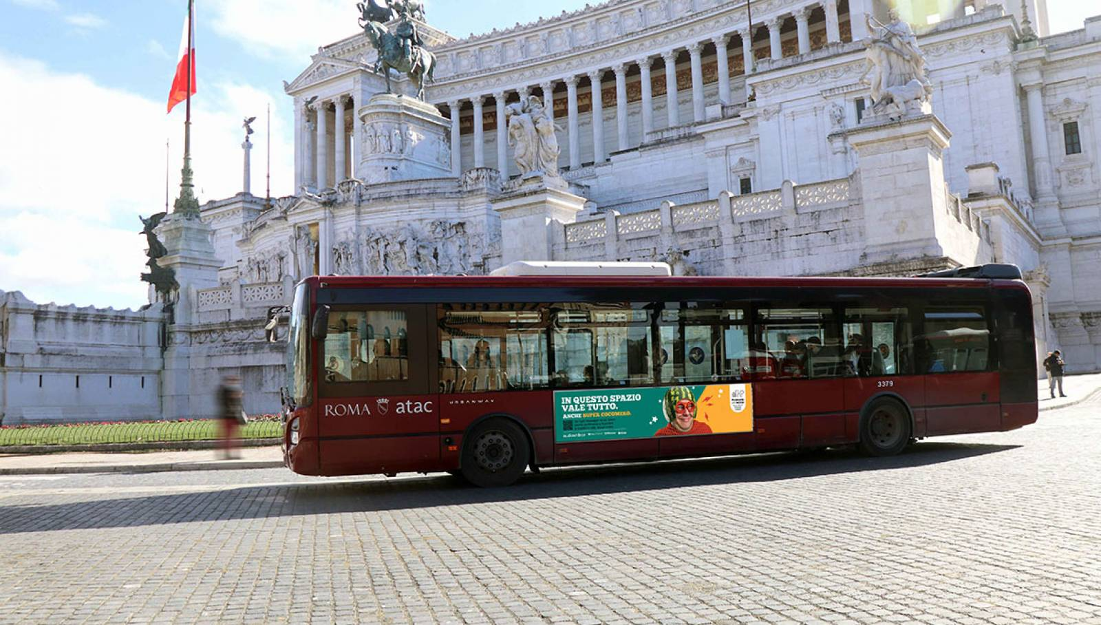 """IGPDecaux Clear Channel IPAS pubblicità per la città campagna """"In questo spazio vale tutto"""" Side Banner a Roma IGPDecaux"""
