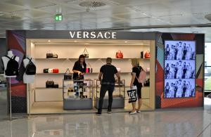 Pubblicità aeroporto Malpensa IGPDecaux Temporary per Versace