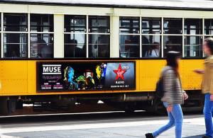 Pubblicità dinamica su tram Side Banner IGPDecaux a Milano per Virgin Radio