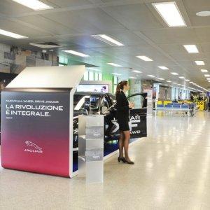 Aeroporto Linate pubblicità area espositiva IGPDecaux per Jaguar