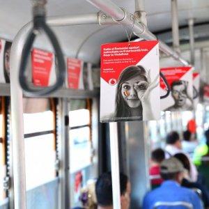 Pubblicità su tram IGPDecaux interno vettura dinamica a Milano per Vodafone