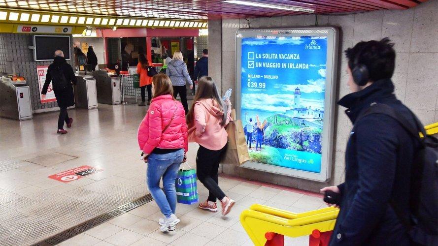 Pubblicità in metropolitana Milano IGPDecaux Circuito a Copertura portrait per Aer Lingus