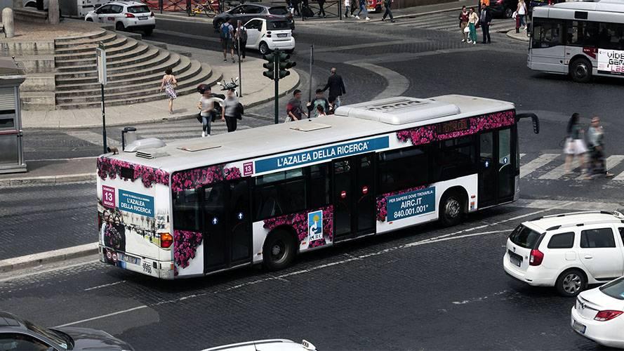 Pubblicità autobus IGPDecaux Full-Wrap a Roma per Airc