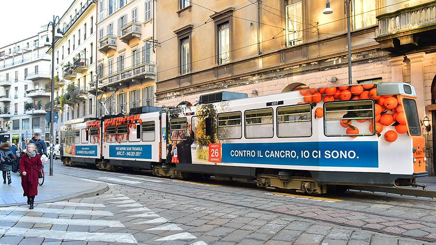 Pubblicità sui tram a Milano Full-Wrap per Airc IGPDecaux