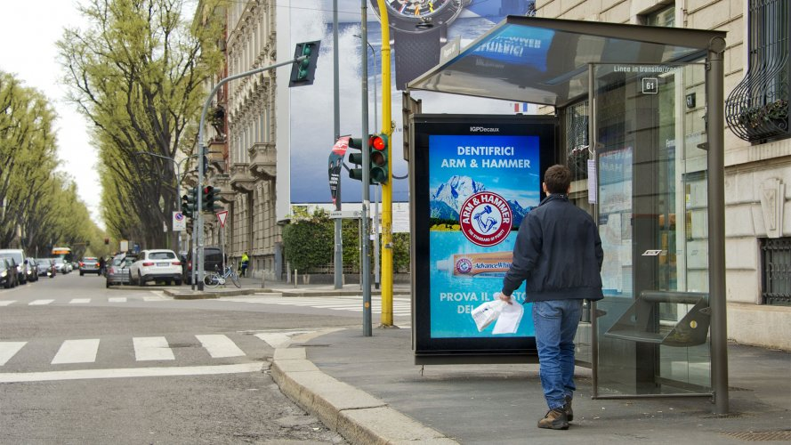 dooh media IGPDecaux Milano Network Vision per Arm & Hammer