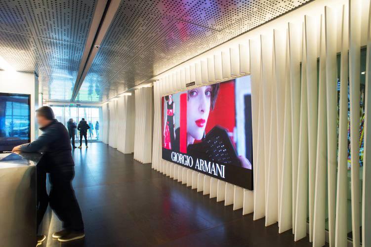 Pubblicità aeroporto IGPDecaux maxi schermo Linate per Armani