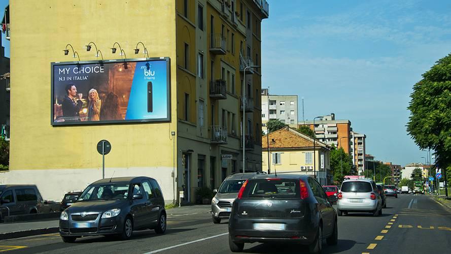 Affissioni IGPDecaux a Milano medio formato per Blu e- Vaping