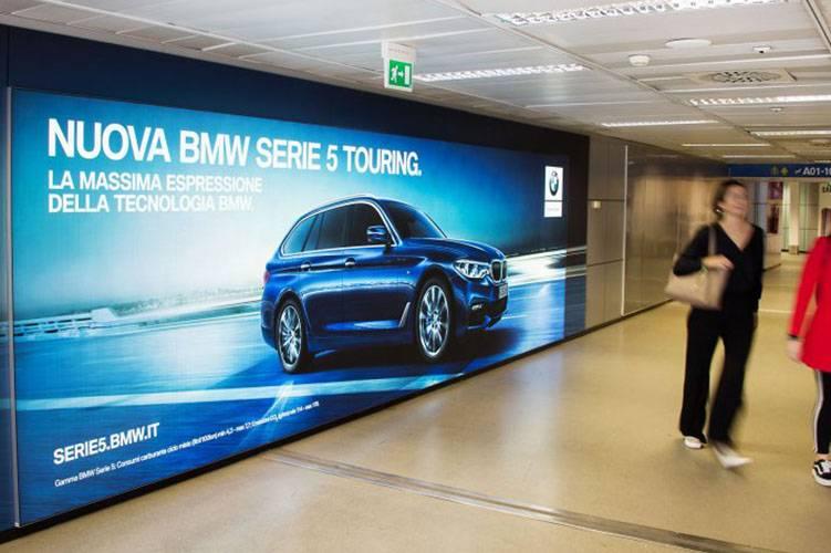 Pubblicità aeroporto IGPDecaux Impianto retroilluminato a Linate per BMW