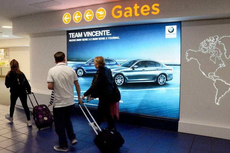 Pubblicità aeroporto Caselle IGPDecaux Impianto retroilluminato per BMW