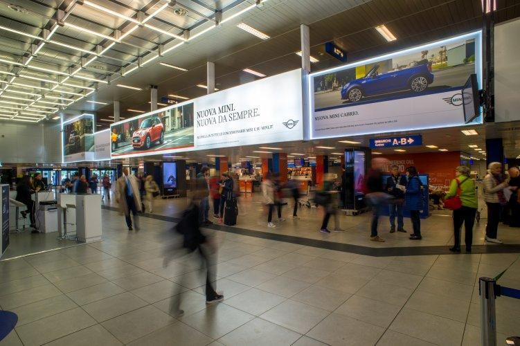 Pubblicità aeroporto IGPDecaux Linate impianto retroilluminato per BMW Mini