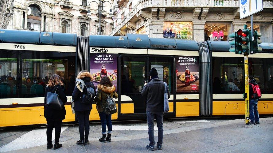 Pubblicità su tram IGPDecaux Adesive Portrait a Milano per Coca Cola