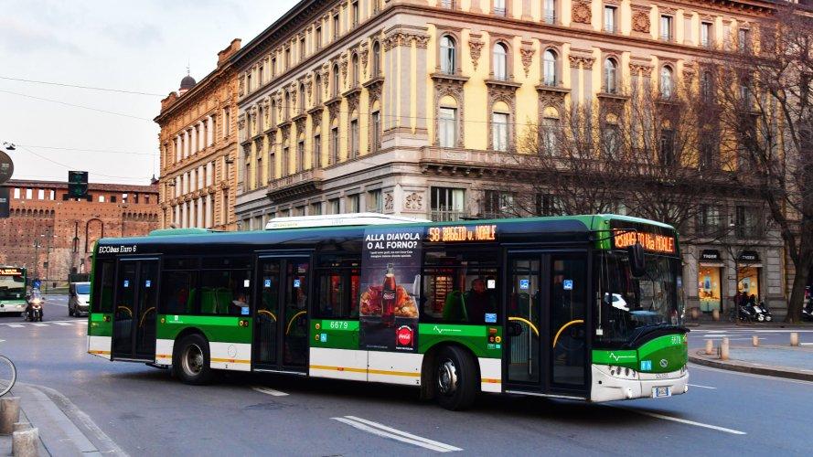 Pubblicità autobus IGPDecaux Adesive Portrait a Milano per Coca Cola