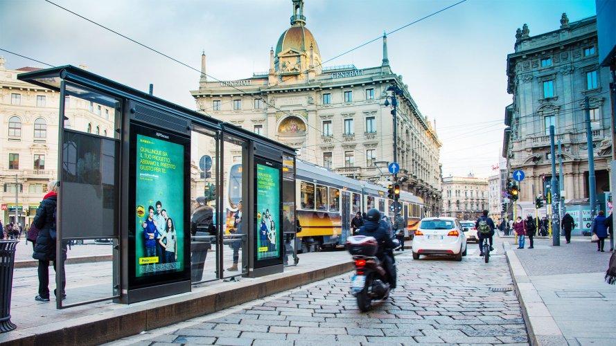Pubblicità sulle pensiline IGPDecaux a Milano pensiline digitali per Deutsche Banco Posta