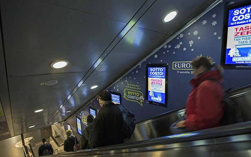 Outdoor advertising IGPDecaux digital escalators in Rome for Euronics