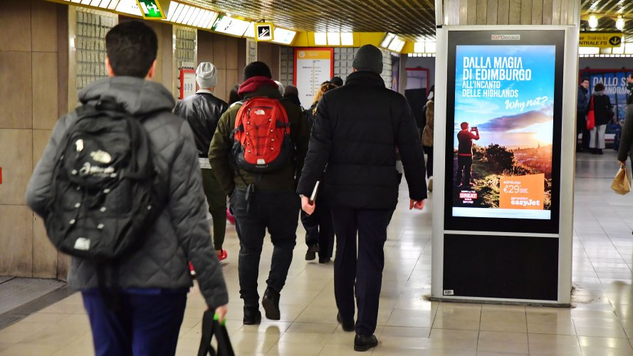 Dooh advertising IGPDecaux Network Vision Metropolitana a Milano per Easy Jet