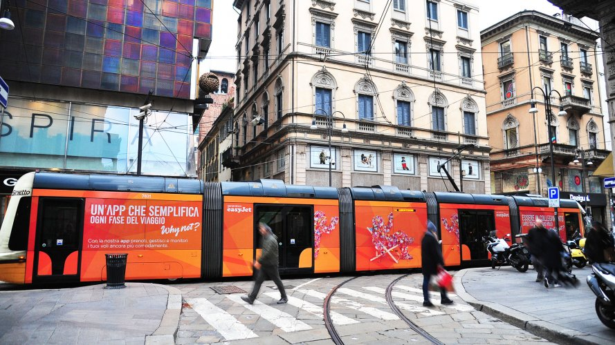 ooh advertising IGPDecaux Full-Wrap a Milano per Easy Jet