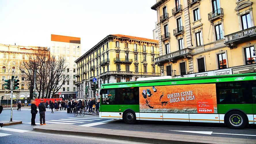 Pubblicità su autobus a Milano IGPDecaux Adesive Landscape per EasyJet
