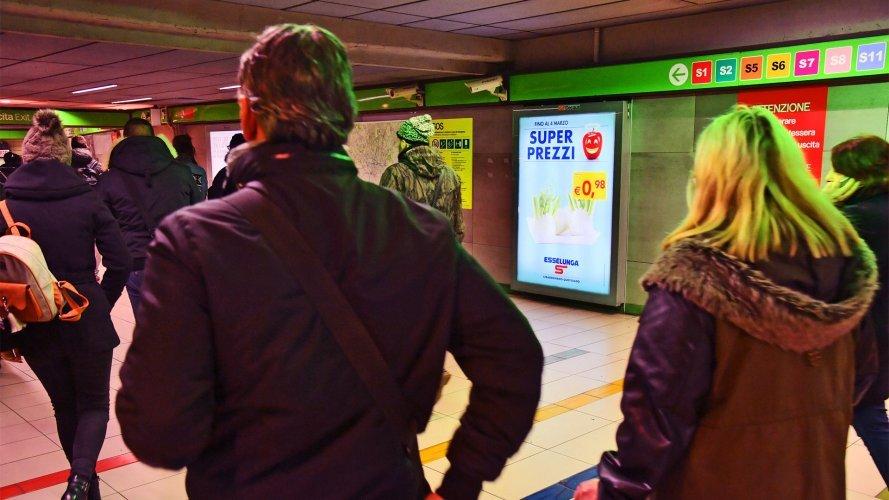 Pubblicità in metropolitana a Milano circuito a copertura portrait IGPDecaux per Esselunga