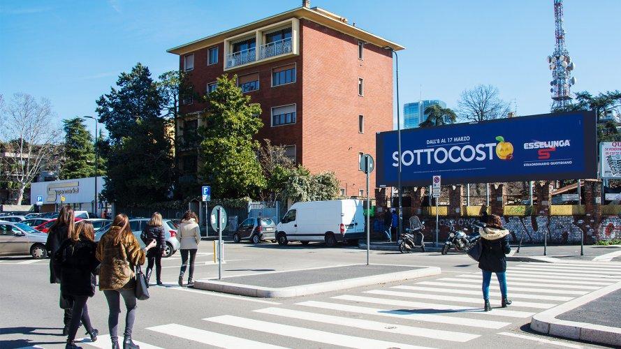 Affissioni Milano IGPDecaux medio formato per Esselunga