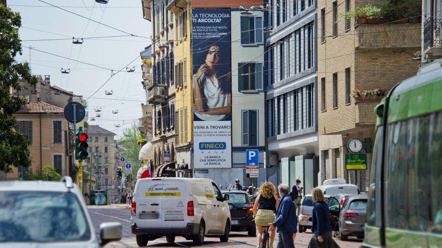 Affissione pubblicità IGPDecaux medio formato Milano per Fineco
