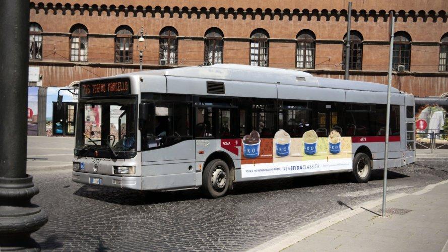 Pubblicità sugli autobus Roma Adesiva Landscape IGPDecaux per Grom