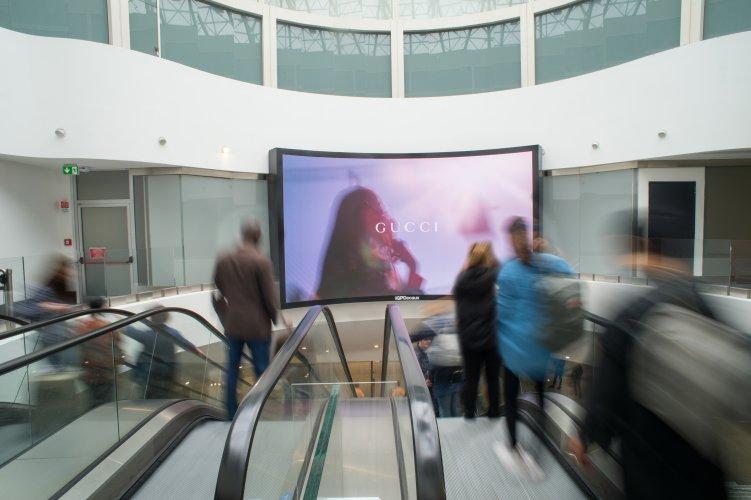 Pubblicità in aeroporto IGPDecaux a Malpensa videowall per Gucci
