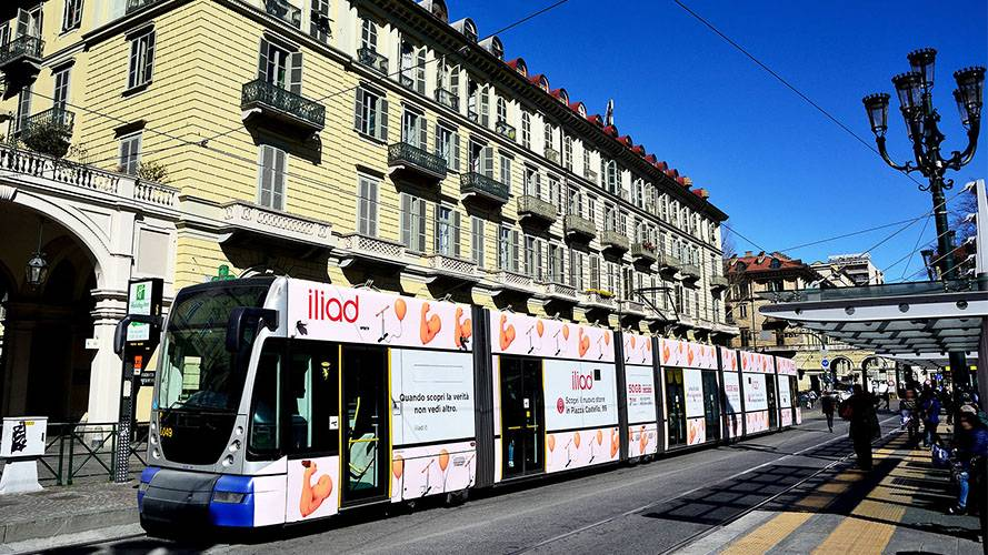 Pubblicità su tram IGPDecaux a Torino Full-Wrap per Iliad