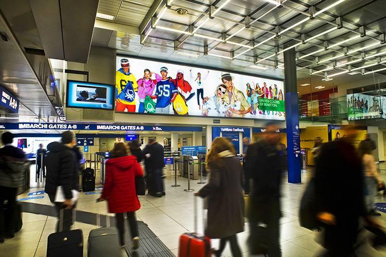 Aeroporto Linate pubblicità IGPDecaux Impianti retroilluminati per Benetton