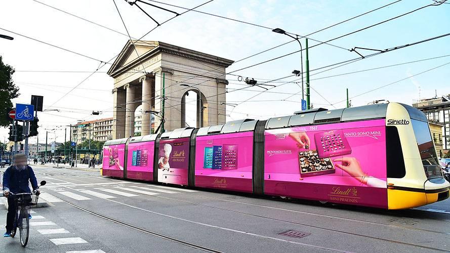Pubblicità su autobus IGPDecaux Full-Wrap a Milano per Lindt