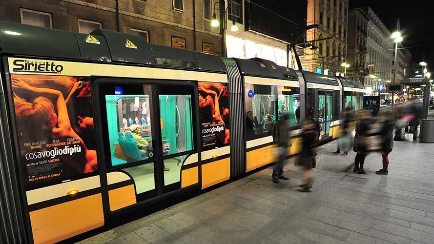 Pubblicità sui tram IGPDecaux Adesive portrait a Milano film Soldini