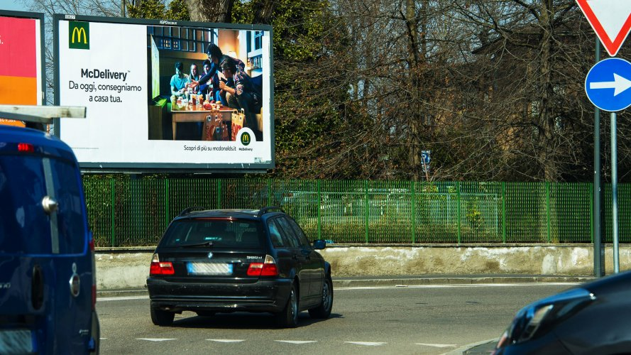 Cartellone pubblicitario IGPDecaux a Milano poster per Mc Donalds