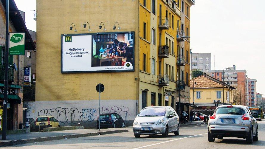 Affissione pubblicità IGPDecaux Milano medio formato per MC Donalds