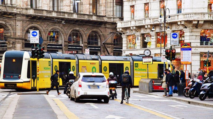 Pubblicità sui tram Milano IGPDecaux Full-Wrap per Mc Donalds
