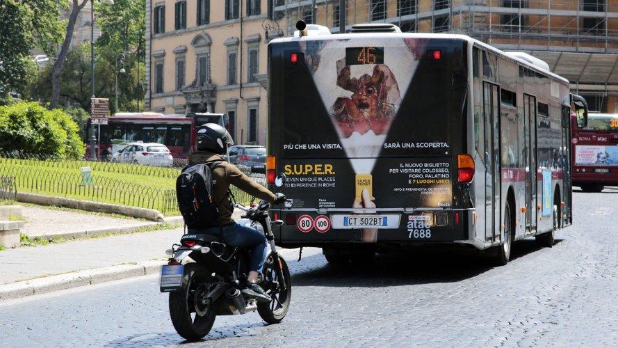 Pubblicità dinamica autobus IGPDecaux maxiretro Roma Mondadori
