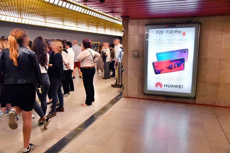 Pubblicità metro IGPDecaux circuito a copertura portrait per Huawei a Milano