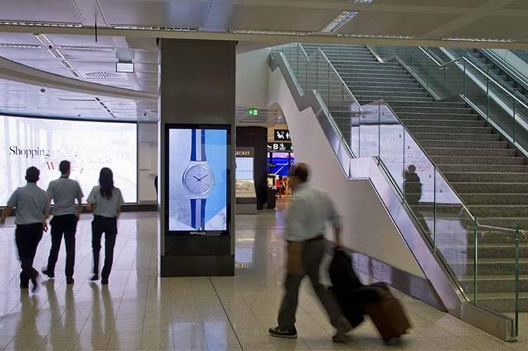 Pubblicità aeroporto a Malpensa Network Vision Aeroporto IGPDecaux per Swatch
