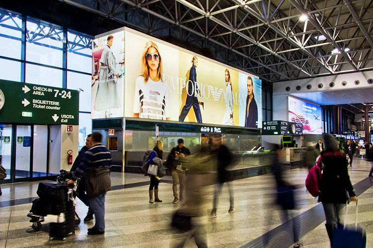 Pubblicità in aeroporto IGPDecaux Impianti retroilluminati a Malpensa per Armani