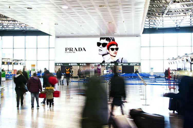Spazi pubblicitari aeroporto IGPDecaux Impianti retroilluminati a Malpensa per Prada