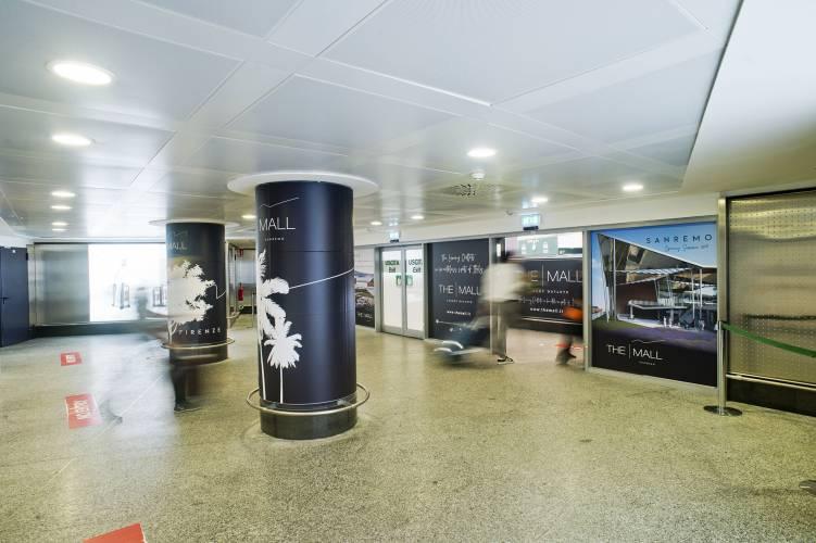 Aeroporto pubblicità IGPDecaux Impianti Adesiva a Malpensa per The Mall