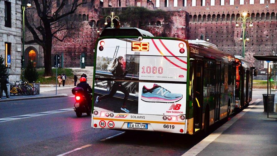 Pubblicità su autobus IGPDecaux Milano maxiretro per New Balance Barter
