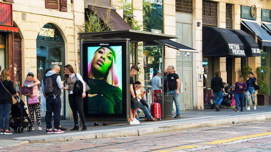 pubblicità esterna IGPDecaux a Milano pensiline digitali per Nike