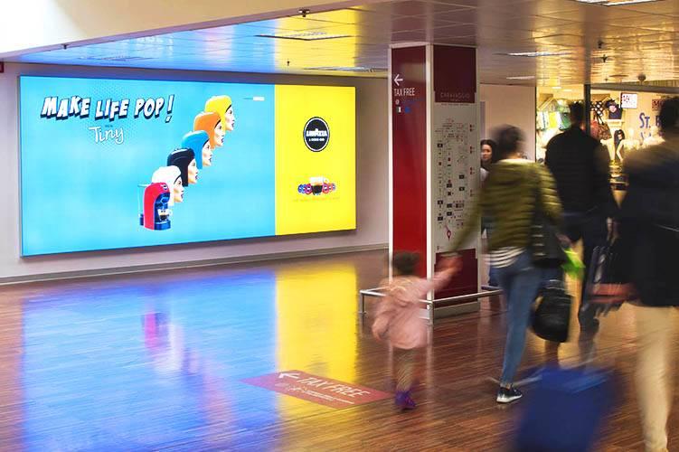 Pubblicità in aeroporto Impianti retroilluminati IGPDecaux a Orio al Serio per Lavazza