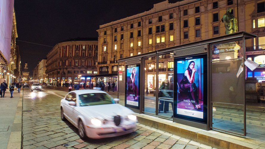 Impianti pubblicitari IGPDecaux a Milano pensiline digitali per Patrizia Pepe