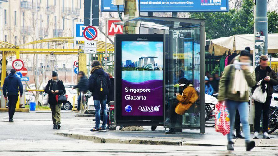 Pubblicità sulle pensiline a Milano Network Vision IGPDecaux per Qatar Airways