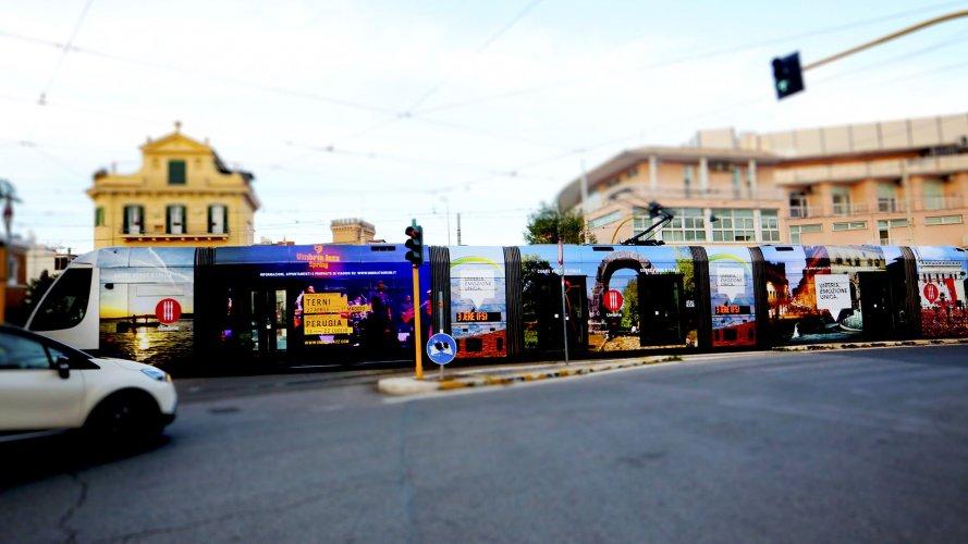 Pubblicità tram IGPDecaux a Roma Full-Wrap per Regione Umbria