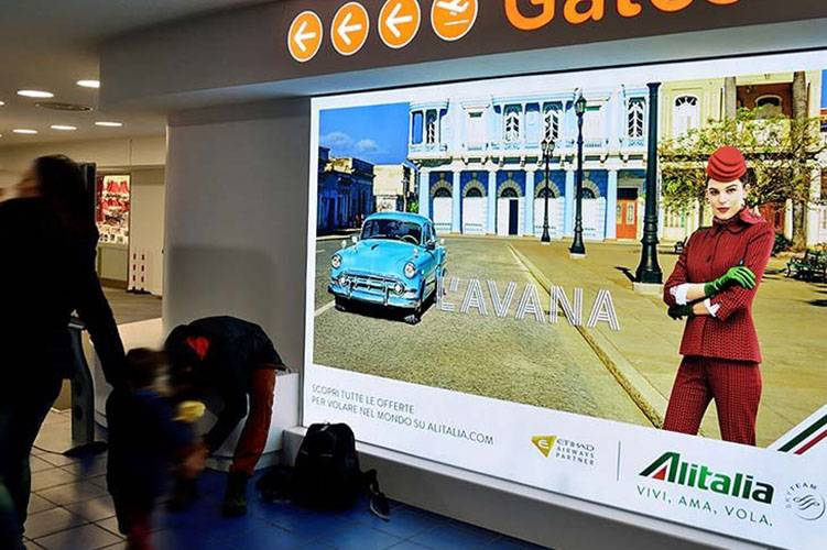 Pubblicità aeroporto Torino Caselle IGPDecaux impianti retroilluminati per Alitalia