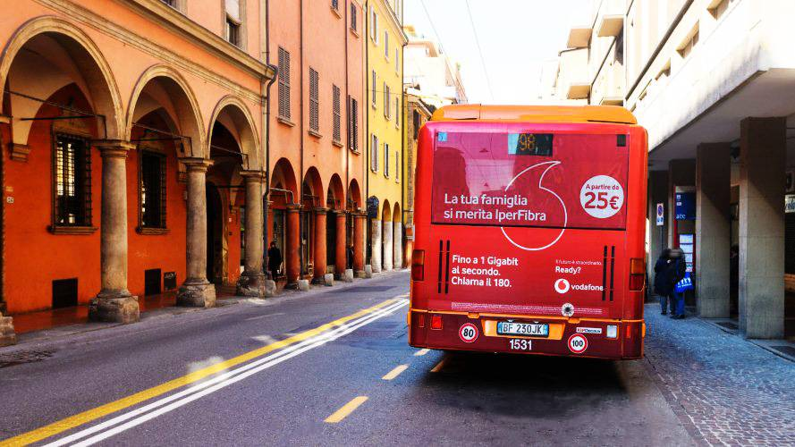 Pubblicità automezzi IGPDecaux FullBack Bologna per Vodafone