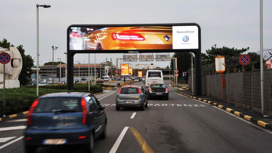 Comunicazione esterna IGPDecaux portale digital a Linate per Volkswagen