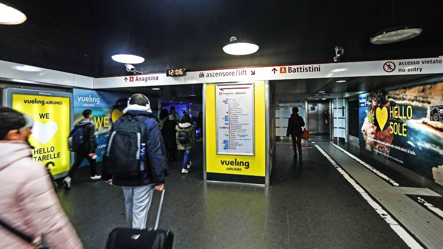 Pubblicità metro Roma Area Station Domination IGPDecaux per Vueling