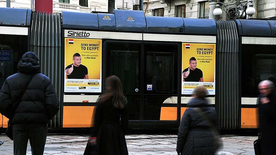 Pubblicità sui tram a Milano adesive portrait per Western Union IGPDecaux